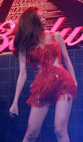 Hoàng Thùy Linh mặc váy ngắn nhảy cực sung - 5