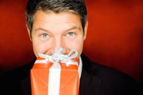Luôn mang theo một món quà nhỏ khi đến nhà ăn tối. Ảnh: Shutterstock
