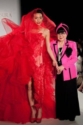 Nhà thiết kế Yumi Katsura (phải).