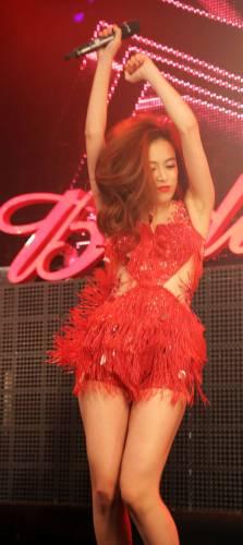 Hoàng Thùy Linh mặc váy ngắn nhảy cực sung - 3