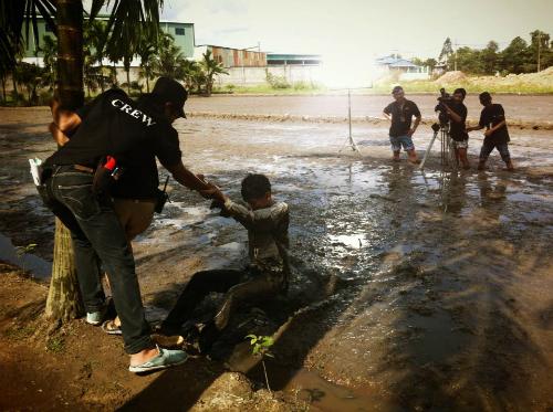 Diễn viên của đoàn phim Xuân Phước vừa hoàn thành một cảnh quay trầm mình dưới bùn.