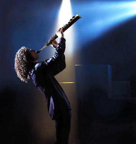 Vị trí trung tâm trong đêm diễn sẽ cảm nhận được từng chuyển động và kỹ thuật chơi kèn của Kenny G.