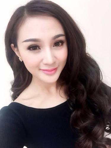 23 4 - Kelly Tú Anh lộ cằm méo mó do lạm dụng phẫu thuật thẩm mỹ
