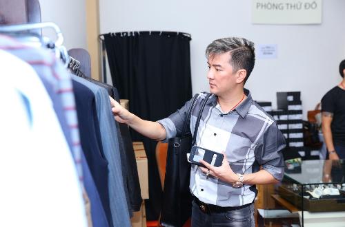 26fe14f376 500x330 - Mr Đàm, Đoan Trang chọn đồ tại tuần lễ hàng hiệu giảm giá