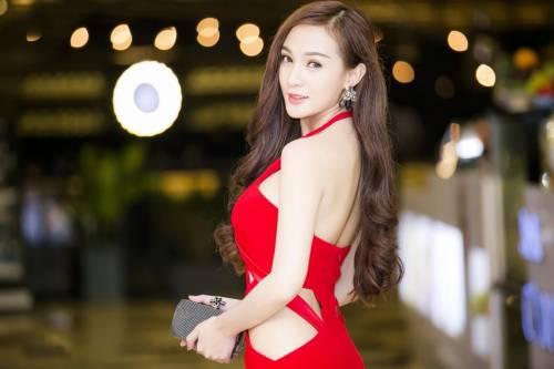 4 6 - Kelly Tú Anh lộ cằm méo mó do lạm dụng phẫu thuật thẩm mỹ