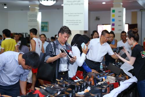 6 10 201516 4702 1444102860 - Mr Đàm, Đoan Trang chọn đồ tại tuần lễ hàng hiệu giảm giá