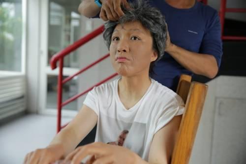 7 - Vợ chồng Phan Đinh Tùng già nua trong MV