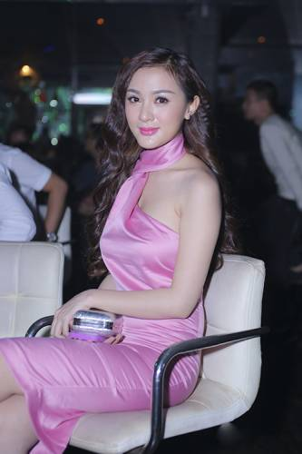 82 11 - Kelly Tú Anh lộ cằm méo mó do lạm dụng phẫu thuật thẩm mỹ