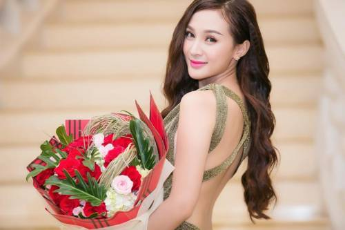 99 7 - Kelly Tú Anh lộ cằm méo mó do lạm dụng phẫu thuật thẩm mỹ
