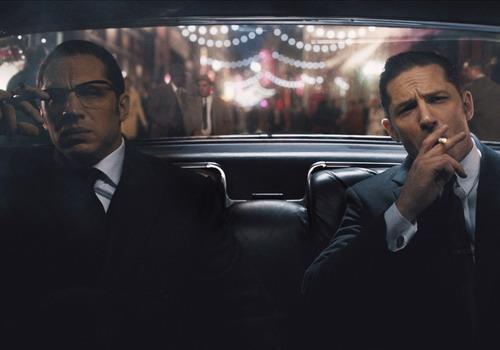 Hai anh em sinh đôi do Tom Hardy thủ vai có tính cách và ngoại hình khác nhau.