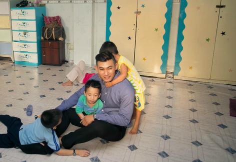 e33cee49c1 - Hồng Ân ra mắt đĩa mới ở mái ấm dành cho trẻ nhiễm HIV