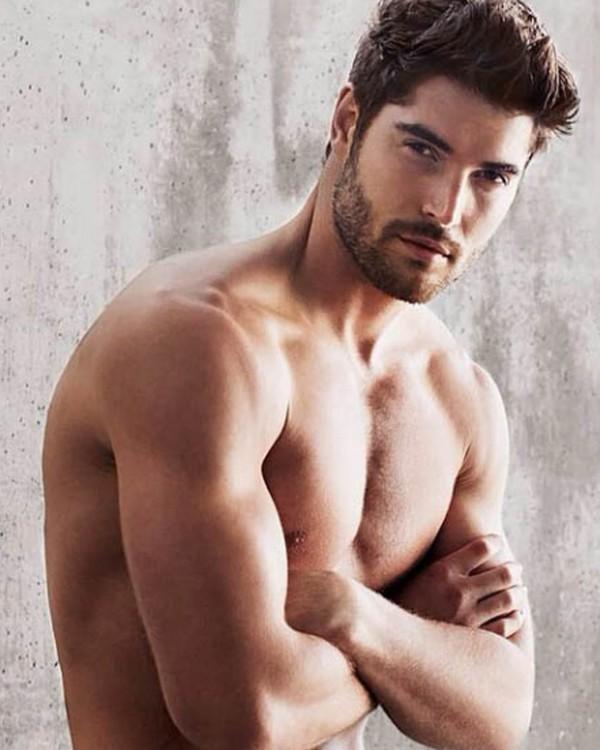 Sở hữu khuôn mặt điển trai, chiều cao khủng 1m89, body chuẩn 6 múi anh được fan hâm mộ gọi là võ sĩ đẹp trai nhất thế giới.